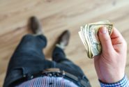 Фотография человека с деньгами